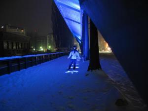 Eu na ponte que divide Mitrovica; ao fundo, o lado albanês
