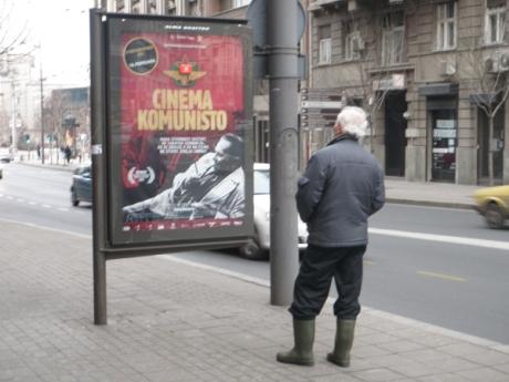Cartaz do documentário numa rua de Belgrado