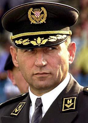 Ante Gotovina com o brasão croata no quepe